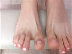 Alexia moves her sexy (size 36) feet, part 2