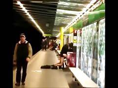 Una pareja follando en una estacion del metro de Barcelona