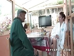 Papy baise une jolie brunette qui adore le 69