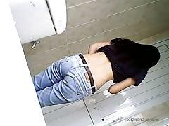 Vietnamese teen in Beeclub' tollet 02